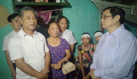 Đồng chí Phạm Minh Chính thăm, tặng quà nhân dân vùng lũ tỉnh Thanh Hóa  ảnh 1