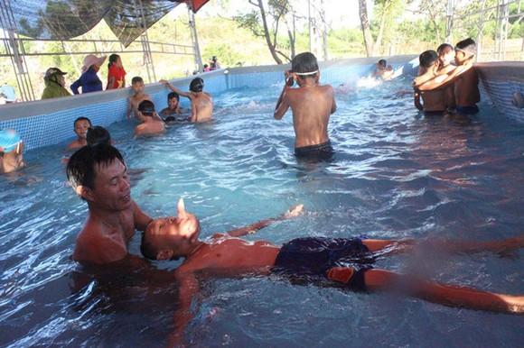 圖為乂安省錦川縣錦中初中學校李文松老師所開辦的少兒游泳免費培訓班。(圖源:范德)