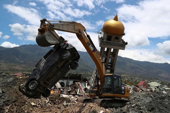 截至當地時間11日13時,印尼中蘇拉威西省強震和海嘯已造成2073人死亡、1萬零679人受傷、680人失蹤。人員搜救行動已於當日停止。(圖源:路透社)