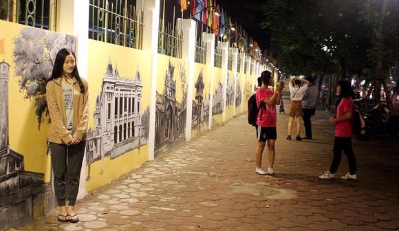 潘廷逢街壁畫受許多青年喜愛,但有的意見認為壁畫對這條街道的文雅之美造成影響。