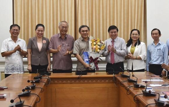 新任市民族處主任黃文鴻玉(中)。(圖源:孟和)