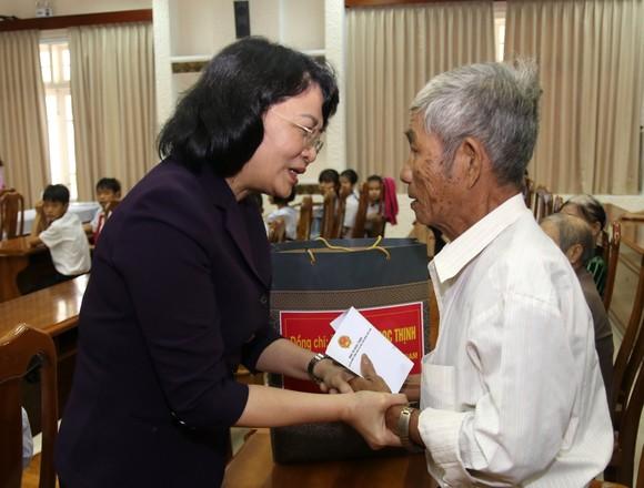 Phó Chủ tịch nước Đặng Thị Ngọc Thịnh tặng quà cho học sinh khó khăn ở Quảng Nam ảnh 2