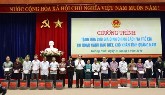 Phó Chủ tịch nước Đặng Thị Ngọc Thịnh tặng quà cho học sinh khó khăn ở Quảng Nam ảnh 4