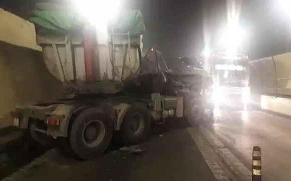 CLIP: Xe đầu kéo và xe tải đâm nhau trong hầm Hải Vân  ảnh 2