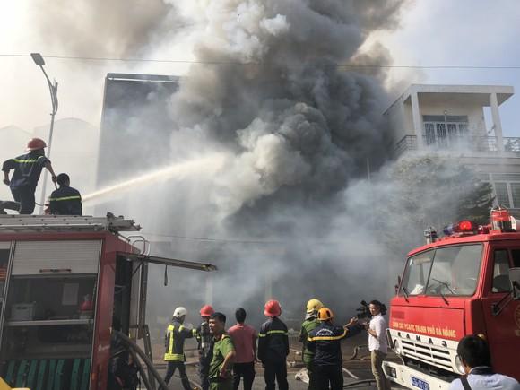 Cháy dữ dội ở quán bar giữa trung tâm TP Đà Nẵng  ảnh 4
