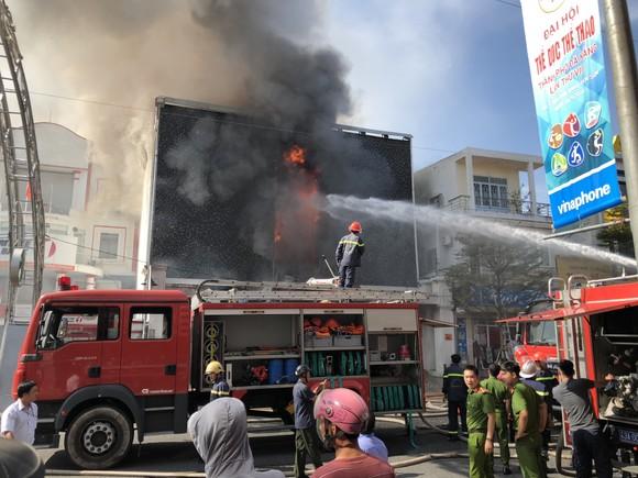 Cháy dữ dội ở quán bar giữa trung tâm TP Đà Nẵng  ảnh 1