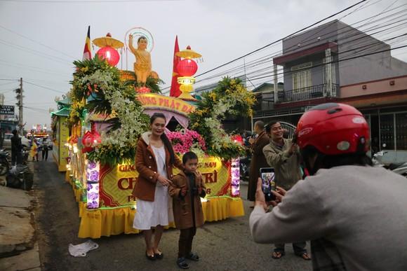Chiêm ngưỡng đoàn xe hoa rực rỡ mừng Phật đản ở Đà Lạt ảnh 7