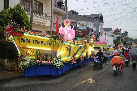 Chiêm ngưỡng đoàn xe hoa rực rỡ mừng Phật đản ở Đà Lạt ảnh 3