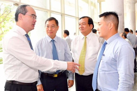Secretary Nguyen Thien Nhan talks to delegates on the sideline of the conference on August 19 (Photo: SGGP)