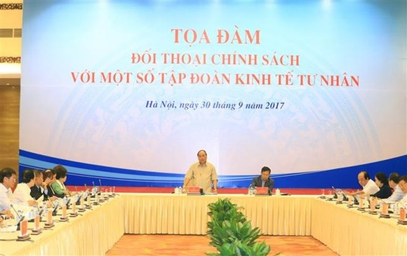 Prime Minister Nguyen Xuan Phuc held a policy dialogue with 14 chairmen and general directors of leading private enterprises in Hanoi on September 30. (VNA)