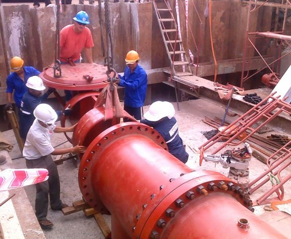 Workers installing a water supply route in HCMC (Photo: SGGP)