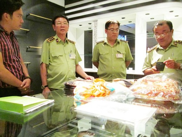 Market management official inspects Khaisilk stores on October 30 (Photo: SGGP)