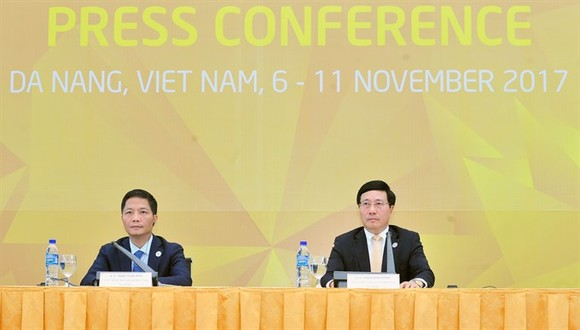 Deputy PM and Foreign Minister Pham Binh Minh and Minister of Industry and Trade Tran Tuan Anh co-chair a press conference at the International Media Centre in Da Nang City on Thursday. (Photo: VNA/VNS)