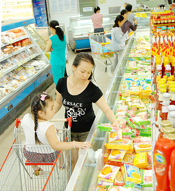 Consumers at a domestic supermarket (Photo: SGGP)