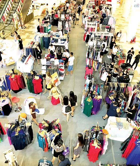 Customers at VivoCity trade center, District 7, HCMC (Photo: SGGP)