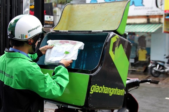 A deliveryman at work in Hanoi (Photo: logistics4vn.com)