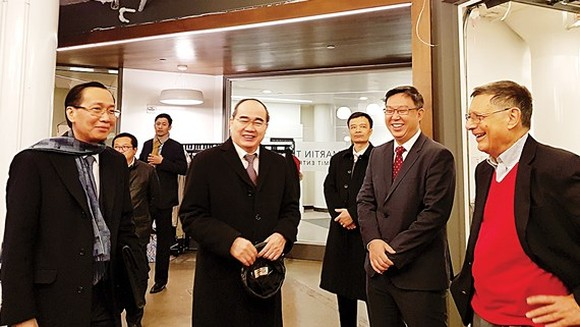 HCMC Party Chief Nguyen Thien Nhan (2nd, L) and standing deputy chairman of HCMC People's Committee Le Thanh Liem (L) talk to professors from MIT Sloan School in the US on December 13 (Photo: SGGP)