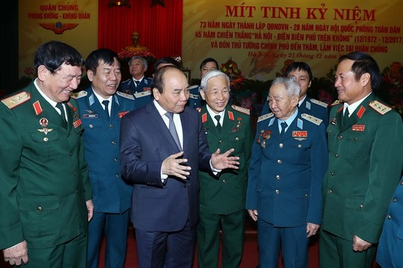 Prime Minister Nguyen Xuan Phuc meets representative of the Vietnam People's Air Force during the 73rd anniversary of the People's Army of Vietnam (December 22, 1944 – December 22, 2017). (Photo: VNA/VNS)