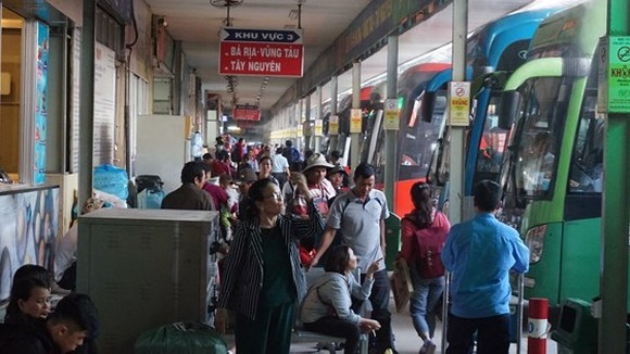 Passengers wait to get board at Mien Dong Coach Station in HCMC (Photo: SGGP)