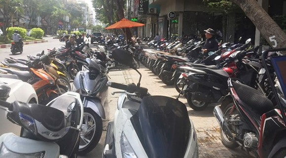Lot of pavements have been encroached to make parking lots in HCMC (Photo: SGGP)