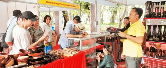 Customers visit and do shopping at Lao Goods Week in HCMC (Photo: nhandan)