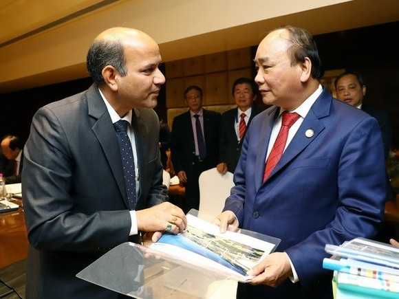 Prime Minister Nguyen Xuan Phuc (R) and Ishwar Mangal of Suzlon (Source: VNA)