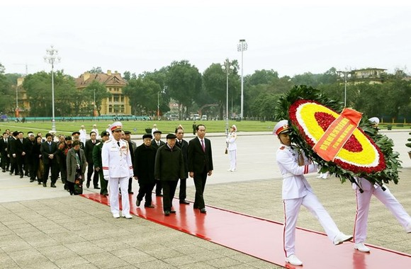 Leaders pay tribute to President Ho Chi Minh on CPV founding anniversary (Photo: VNA)