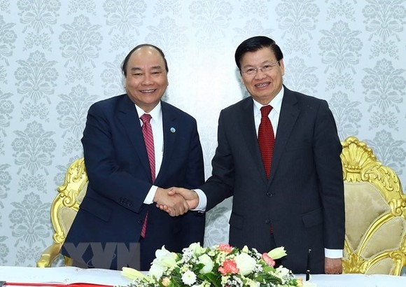 Prime Minister Nguyen Xuan Phuc meets his Lao counterpart Thongloun Sisoulith in Vientiane, Laos yesterday. (Photo: VNA/VNS)