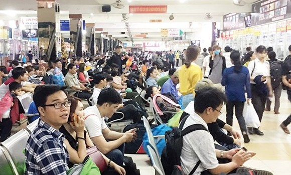 Passengers wait to buy tickets at Mien Dong coach station (Photo: SGGP)