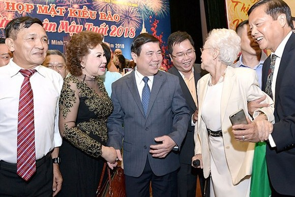Chairman of HCMC People's Committee Nguyen Thanh Phong meets overseas Vietnamese ahead of the Tet holiday on February 6 (Photo: SGGP)