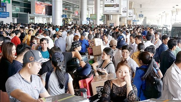 People wait to meet their relatives at Tan Son Nhat Airport (Photo: SGGP)