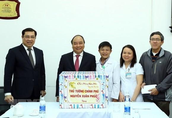 PM Nguyen Xuan Phuc presents gifts to the C Hospital (Photo: VNA)