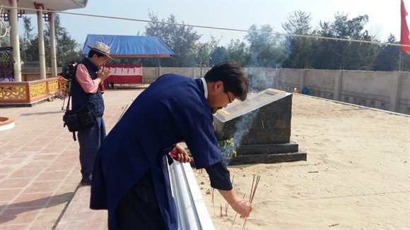 Members of the Korea-Vietnam Peace Foundation visit a mass tomb of Ha My villagers in Quang Nam Province. (Photo: VNS)