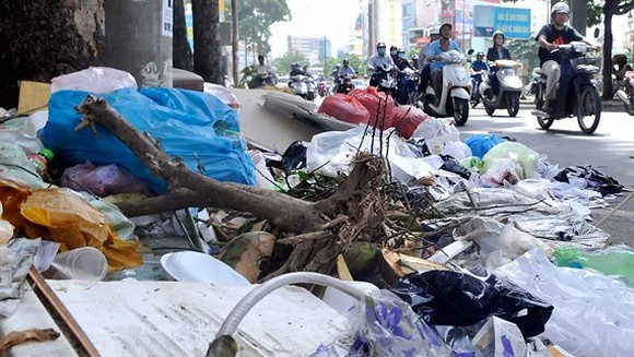 Garbage in Hung Vuong street, District 5, HCMC (Photo: SGGP)