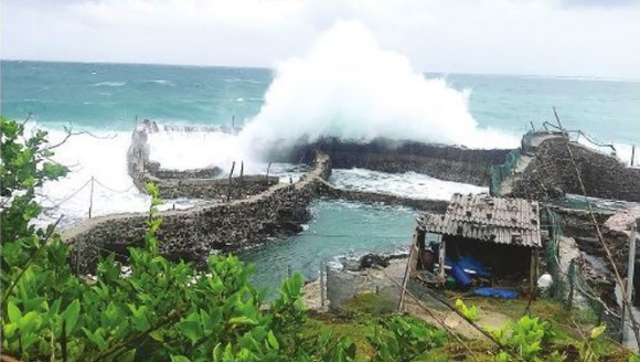 Heavy rain together with strong winds cause five meter high waves in Phu Quy island, Binh Thuan province