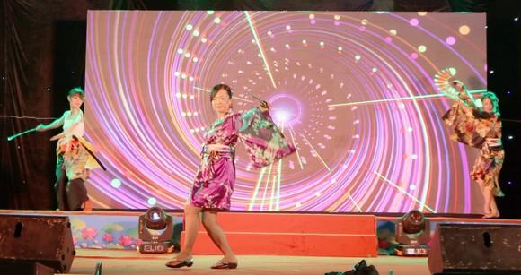 Các cô gái Nhật với tiết mục văn nghệ cùng vũ điệu múa kiếm và quạt