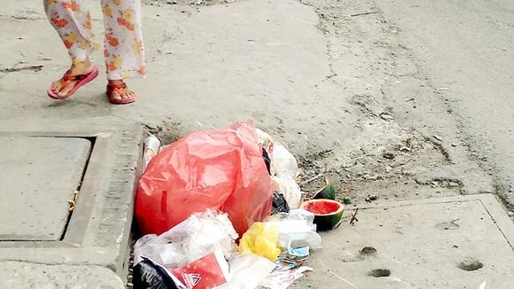 Miệng cống trên đường Nguyễn Tất Thành (quận 4) thường xuyên thành nơi chứa rác