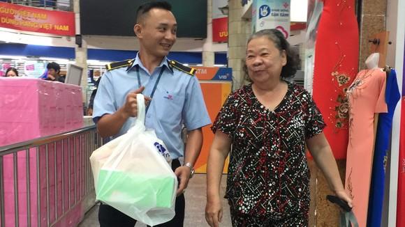 Nụ cười thân thiện của anh Nhân khi giúp đỡ khách hàng lớn tuổi