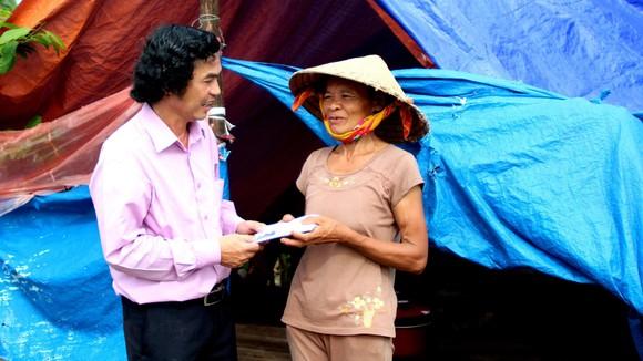 Đại diện Báo SGGP chuyển tiền của bạn đọc đóng góp cứu trợ người dân bị sập nhà  tại tỉnh Quảng Bình