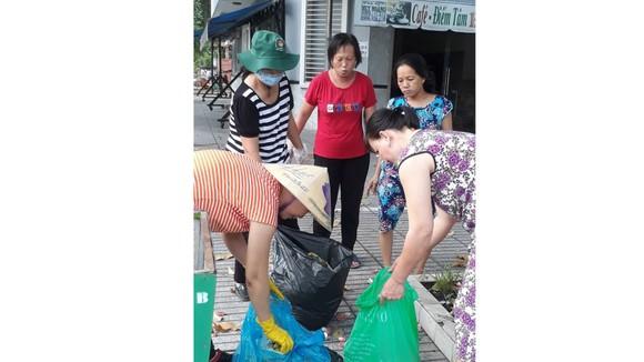 Người dân phường Bình Trị Đông B thực hiện phân loại rác tại nguồn