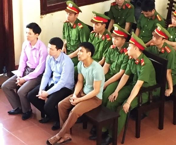 Xét xử vụ tai biến chạy thận làm 8 người tử vong: Bác sĩ Hoàng Công Lương bình thản ra tòa ảnh 2
