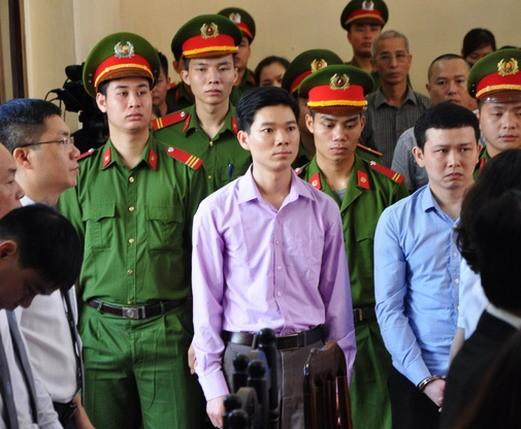 Xét xử vụ tai biến chạy thận làm 8 người tử vong: Bác sĩ Hoàng Công Lương bình thản ra tòa ảnh 4