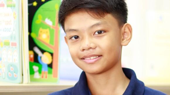 Em Trần Linh Khoa vừa giành giải Bạc cuộc thi Olympic Toán quốc tế Singapore và châu Á (SASMO). Ảnh: UKA