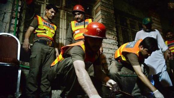 Nhân viên cứu hộ Pakistan làm nhiệm vụ tại hiện trường vụ đánh bom đẫm máu ở Peshawar ngày 10-7. Nguồn TTXVN