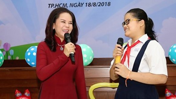 Em Nguyễn Thị Ánh Ngọc tại buổi giao lưu  các nữ sinh hiếu học được nhận học bổng