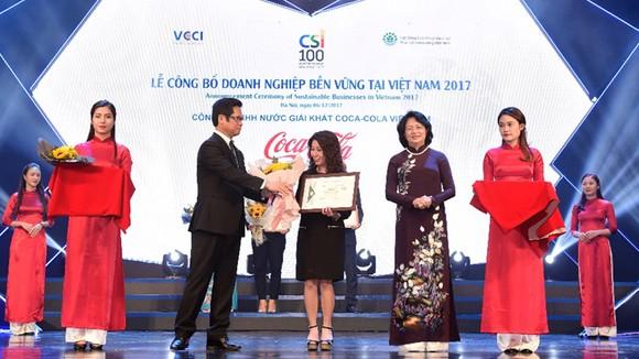 Phó Chủ tịch nước Đặng Thị Ngọc Thịnh và TS Vũ Tiến Lộc trao chứng nhận DN bền vững cho đại diện Coca-Cola Việt Nam