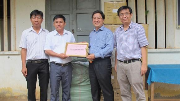 Khám bệnh, phát thuốc miễn phí cho gần 700 người nghèo tại Long An ảnh 2