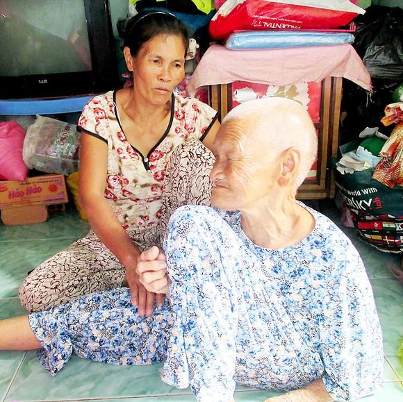 Người phụ nữ ung thư nuôi mẹ già ảnh 1