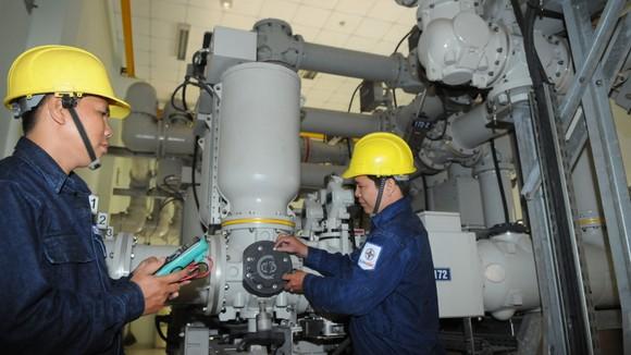 Vận hành trạm biến áp an toàn cung ứng đủ, tiết kiệm điện cho người dân tại TPHCM. Ảnh: CAO THĂNG
