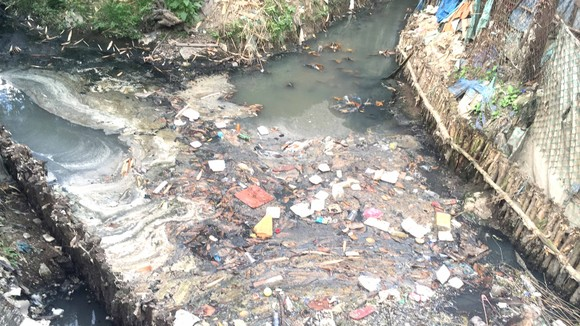 Kênh A41 (quận Tân Bình, TPHCM) luôn có rất nhiều rác thải sinh hoạt. Ảnh: THANH HẢI